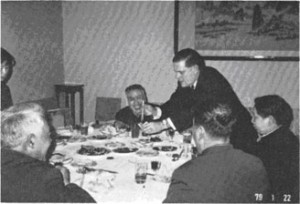 Getting acquainted with the Chinese Association of Geodesy and Cartography. Secretary Hedbom serving Peking duck, Peking, 22 January 1979.