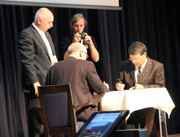 Thorben Brigsted Hansen, EuroSDR President and Georg Gartner, President of ICA signing the Memorandum of Understanding between the two organizations