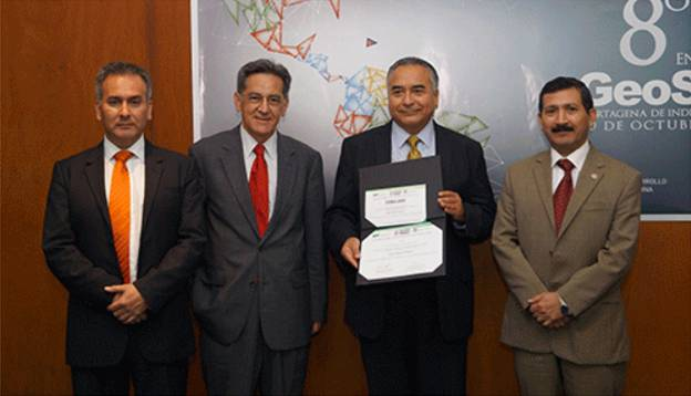 Mr. Carlos Guerrero, Director General of Geography and Environment of INEGI-Mexico, showing the 2015 GeoSUR award, given to the Digital Map of Mexico. On his right Santiago Borrero, GeoSUR Program Coordinator and on his left Rodrigo Barriga, Secretary General of the Pan-American Institute of Geography and History (PAIGH).
